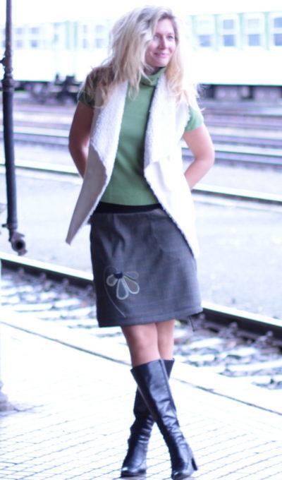 LaJuPe sukně hnědá polyester_vlna_bez_podšívky_khaki_černá_áčková_1kapsa_tunýlek_černá_khaki_kytka_polokytka