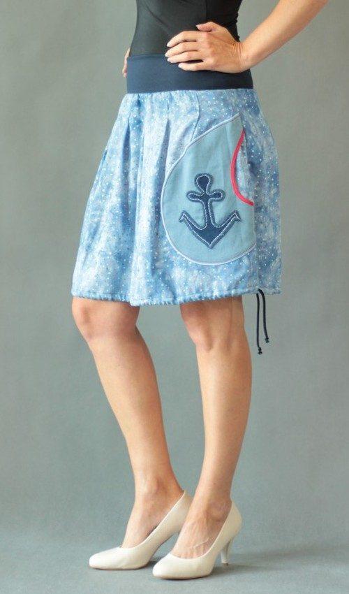 LaJuPe námořnická sukně viskóza_elastan_bez_podšívky_bleděmodrá_bílá_skládaná_1kapsa_tunýlek_modrá_bílomodročervená_kotva_kotva
