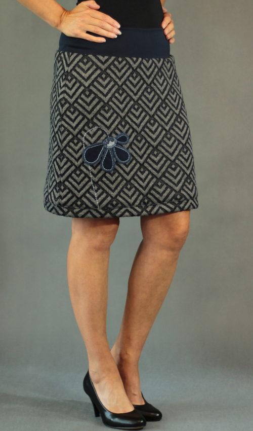 LaJuPe příklad teplé sukně detail_polyester_polyester_s_podšívkou_modrá_modrá_áčková_1kapsa_tunýlek_modrá_modrá_kytka_polokvět
