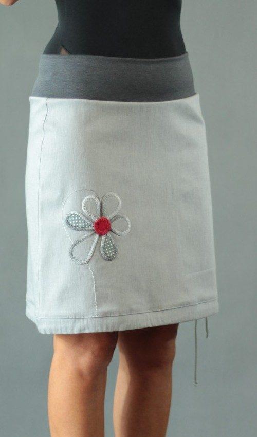 LaJuPe sukně jeansová bavlna_polyester_bez_podšívky_světle šedá_červená_áčková_1kapsa_tunýlek_šedá_šedočervená_kytka_květ