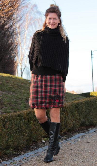 LaJUPe kostkované sukně polyester_viskóza_bez_podšívky_červená_modročerná_áčková_1kapsa_tunýlek_černá_černočervená_kytka_polokvět