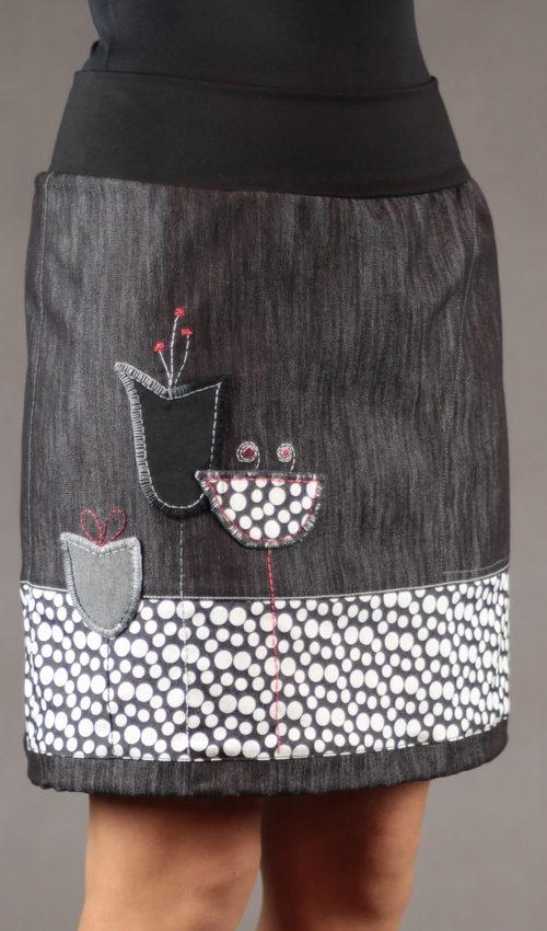 LaJuPe podzimní sukně bavlna_polyester_bez_podšívky_černá_bílá_se_sedlem_dole_1kapsa_tunýlek_černá_černobíločervená_louka_tulipány