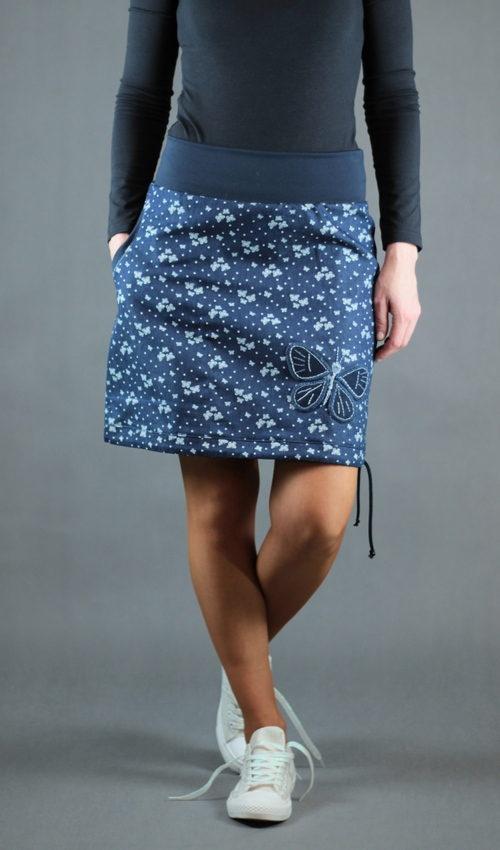 LaJuPe zdobená sukně bavlna_polyester_bez_podšívky_modrá_bílá_áčková_1kapsa_tunýlek_modrá_modrobílá_motýl_motýl