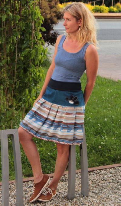 LaJuPe sukně letní bavlna_viskóza_bez_podšívky_modrá_hnědá_skládaná_bez_kapes_tunýlek_modrá_hnědomodrá_kytka_polokvět