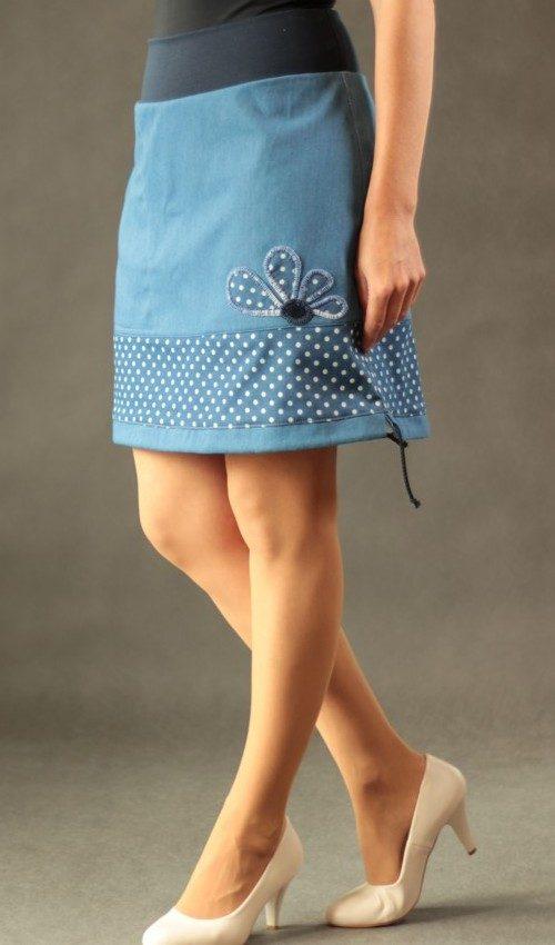 LaJuPe sukně a bavlna_polyester_bez_podšívky_modrá_bílá_se_sedlem_dole_1kapsa_tunýlek_modrá_puntíkatá_kytka