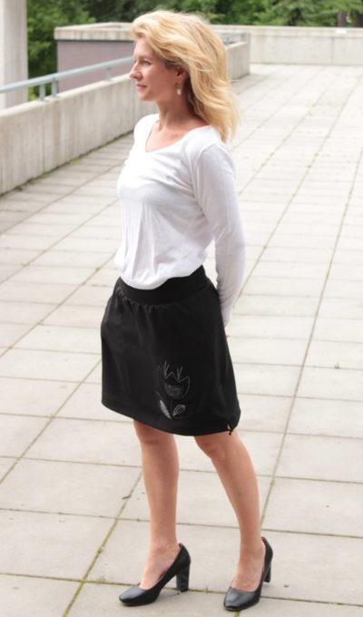 LaJuPe černá maxi sukně viskóza_polyester_bez_podšívky_černá_bílá_áčková_1kapsa_tunýlek_černá_černobílá_kytka_kalich