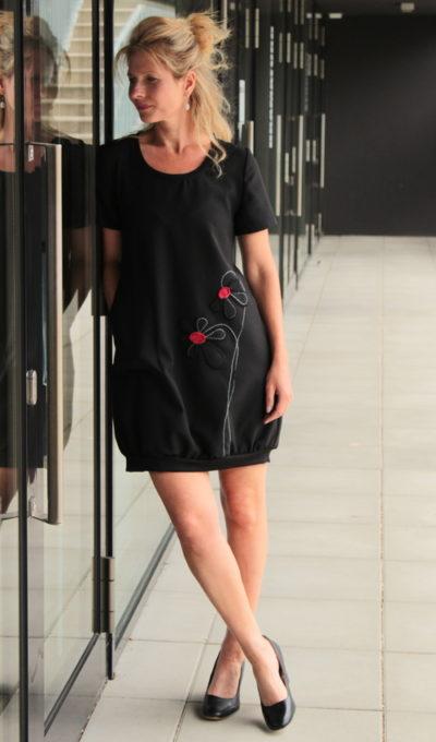 LaJuPe šaty černé viskóza_polyester_bez_podšívky_černá_červená__1kapsa_úplet__černočervená_kytka