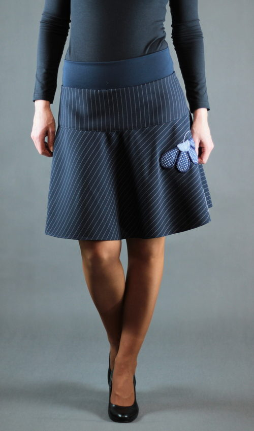 LaJuPe pruhovaná sukně polyester_polyester_bez_podšívky_modrá_modrá_se_sedlem_nahoře_bez_kapes_hladké_modrá_modrobílá_kytka_půlkvět