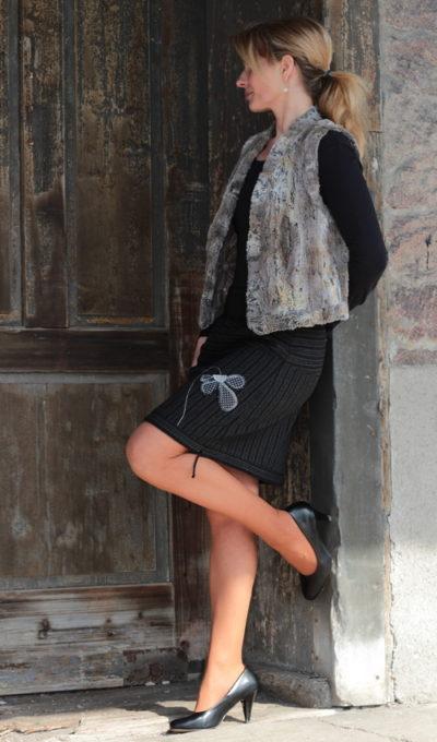 LaJuPe sukně proužek polyester_vlna_s_podšívkou_černá_šedá_se_sedlem_nahoře_1kapsa_tunýlek_černá_černobílá_květ_polokvět